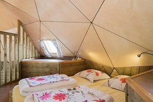 Glamping: Holz Iglu auf Camping 't Weergors