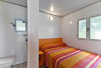 Glampingunterkunft: Bad / Schlafzimmer - Bungalow am See Ametista 4 Pers. auf Camping Cisano