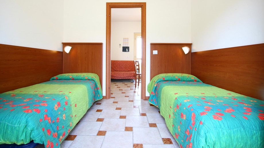 Bungalow virgilio f3 auf camping piani di clodia ihre for Piani di bungalow moderni