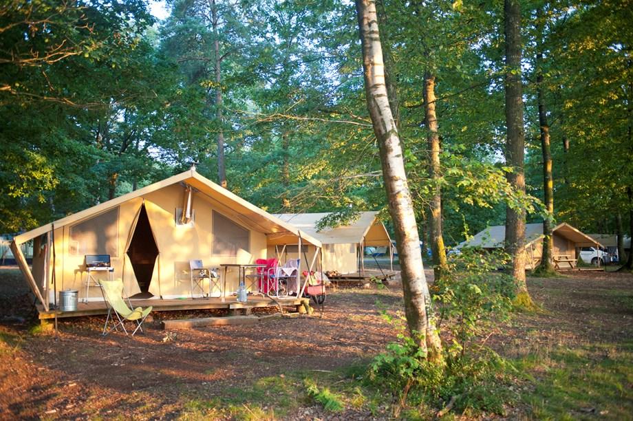 zelt toile bois mit badezimmer und holzofen auf camping huttopia rambouillet ihre. Black Bedroom Furniture Sets. Home Design Ideas