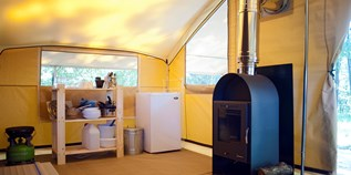 Luxuscamping - W-Lan - Ain - Zelt Toile & Bois Cosy mit Holzofen für 5 Pers. auf Camping Huttopia Divonne