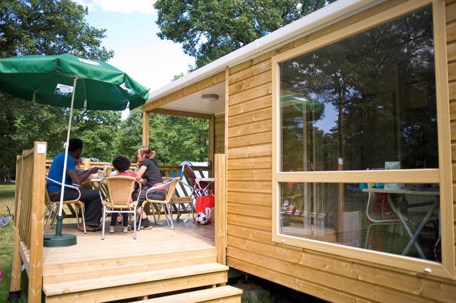 cottage f r 6 personen auf camping huttopia divonne ihre glampingunterkunft in frankreich. Black Bedroom Furniture Sets. Home Design Ideas