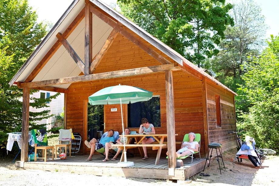 chalet indigo auf camping huttopia divonne ihre glampingunterkunft in frankreich. Black Bedroom Furniture Sets. Home Design Ideas