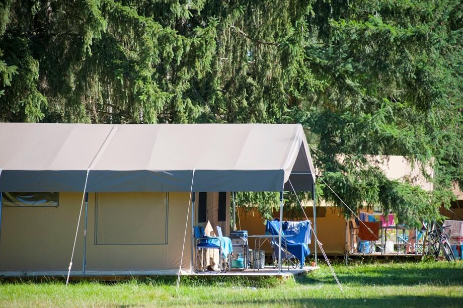 zelt toile bois sweet auf camping huttopia gorges du verdon ihre glampingunterkunft in. Black Bedroom Furniture Sets. Home Design Ideas