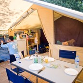 Luxuscamping: Zelt Toile & Bois Classic IV - Innen - Zelt Toile & Bois Classic für 4 Pers. auf Camping Huttopia Les Chateaux