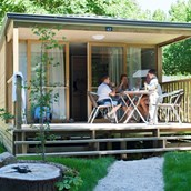 Luxuscamping: Mobilheim Lodge - Aussen - Mobilheim Lodge auf Camping Huttopia Les Chateaux