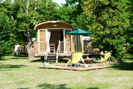 Luxuscamping - W-Lan - Centre - Zigeunerwagen auf Camping Huttopia Les Chateaux