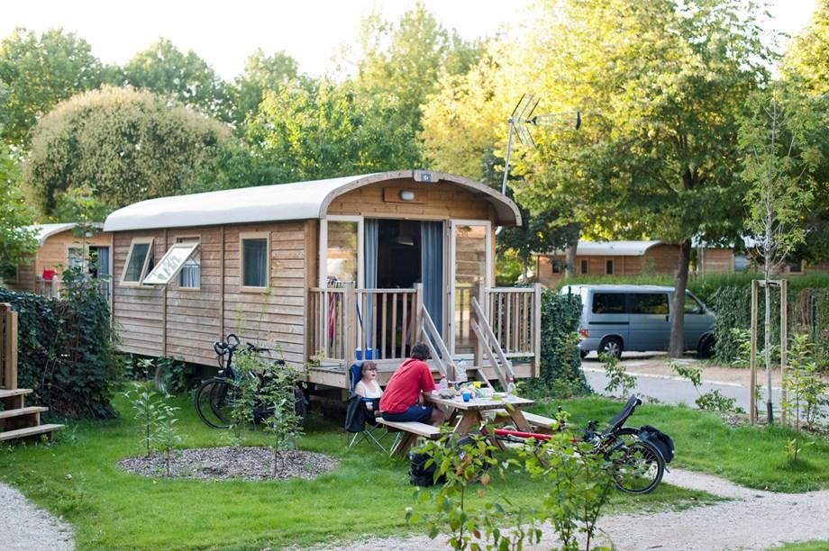 zigeunerwagen auf camping huttopia les chateaux ihre glampingunterkunft in frankreich. Black Bedroom Furniture Sets. Home Design Ideas