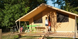 Luxuscamping - Terrasse - Charente-Maritime - Zelt Toile & Bois Classic für 5 Pers. auf Camping Huttopia Oléron Les Chênes Verts