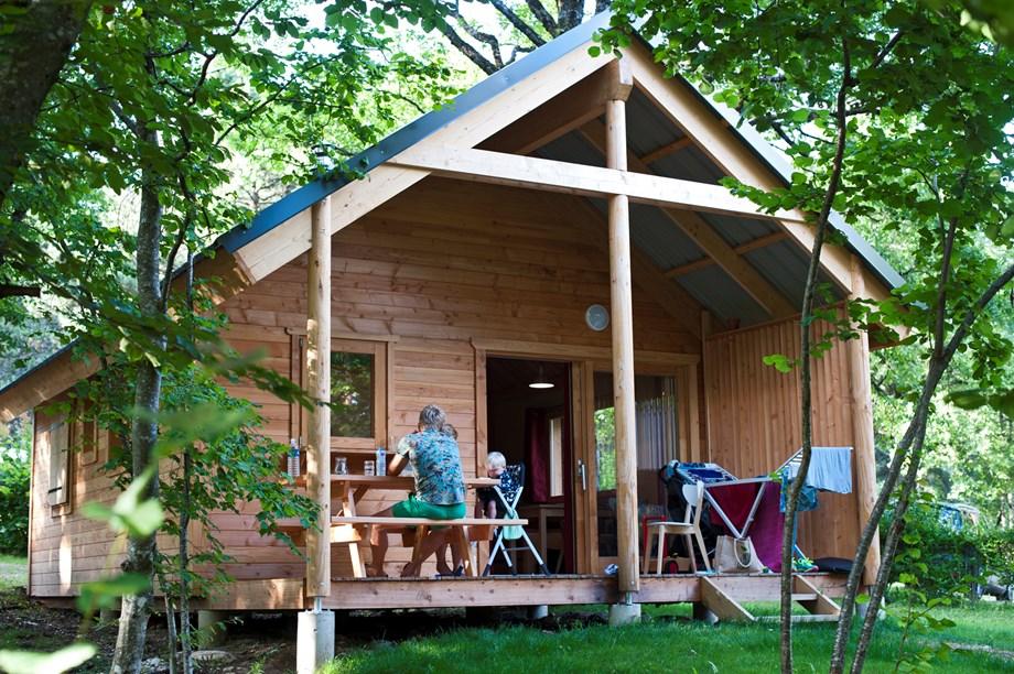 holzhaus auf camping huttopia royat ihre glampingunterkunft in frankreich. Black Bedroom Furniture Sets. Home Design Ideas