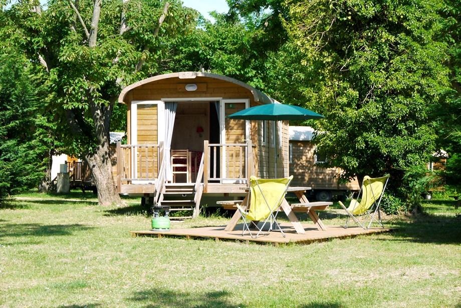 zigeunerwagen auf camping huttopia royat ihre glampingunterkunft in frankreich. Black Bedroom Furniture Sets. Home Design Ideas
