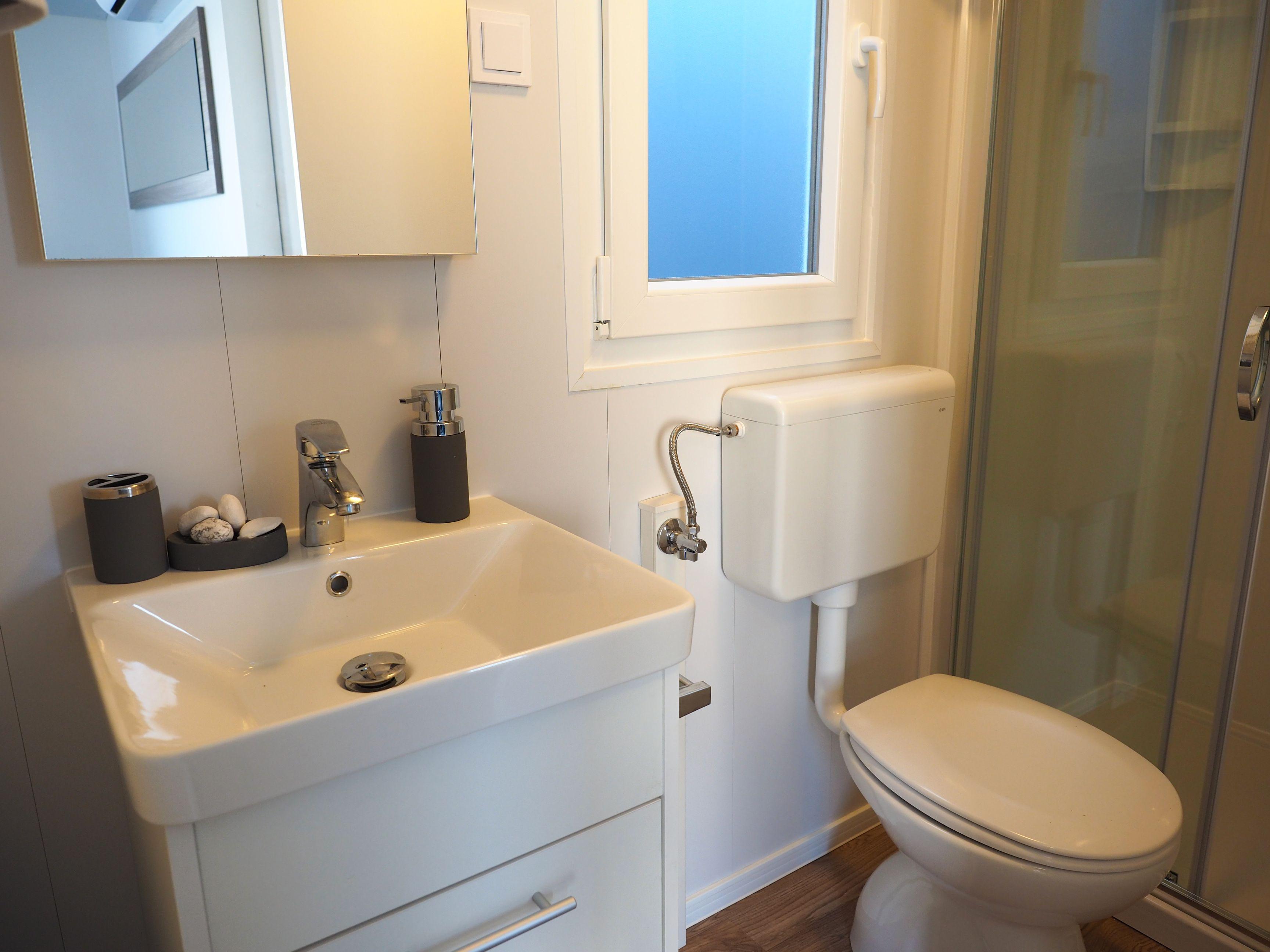 Glampingunterkunft: Badezimmer Mobilheim Mediterran Comfort Family  Meerblick   Mobilheim Mediterran Comfort Family Mit Meerblick Von