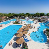 Luxuscamping: Panorama des Schwimmbades - Mobilheim Top Residence Platinum auf Camping Ca' Pasquali Village