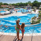 Luxuscamping: Panorama des Schwimmbades - Caravan Pinienwald auf Camping Ca' Pasquali Village