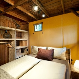 "Glampingunterkunft: Schlafzimmer Safari-Lodge-Zelt ""Giraffe"" - Safari-Lodge-Zelt ""Giraffe"" am Nature Resort Natterer See"