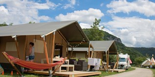 Luxuscamping - Villatent - Villatent Luxe mit Sanitär XL auf Camping La Roche D'Ully
