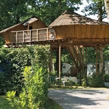 Baumhaus f r 6 personen am camping le ch teau des marais ihre glampingunterkunft in frankreich - Wasserrutsche fur pool ...